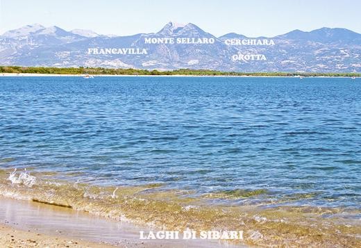 """Fig. 3. I """"due promontori sporgenti"""", """"scoscesi"""" del Monte Sellaro, che incombevano """"proprio sul porto"""" di Sibari, visti dalla località Laghi di Sibari."""
